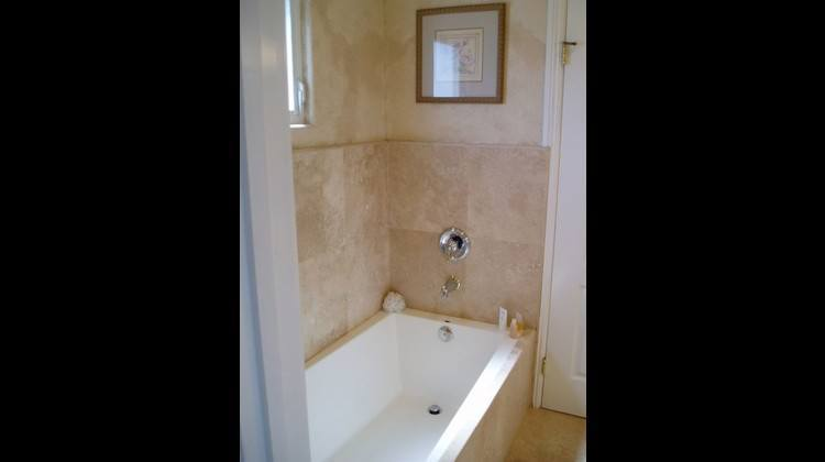 Another picture of the masterbedroom  Bathtub